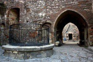 7fintina-din-curtea-interioara-a-castelului-corvinilor