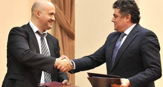 Dimitri Gvindadze (L), Head of the EBRD's office in Chisinau, and Octavian Calmic (R), Moldovan Deputy Prime Minister and Economy Minister, at the signing of the loan agreement for the construction of Ungheni-Chisinau gas pipeline (ebrd.com)